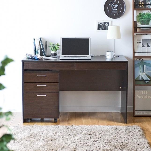 書類や小物の収納に最適な引出し付きで、高級感のあるダークブラウンの木製デスク