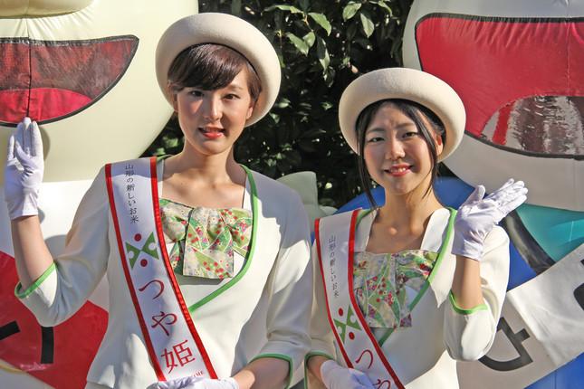 山形をPRする「つや姫レディ」の坂部春奈さん(左)、林彩子さんが、J-CASTトレンド編集部を訪れた