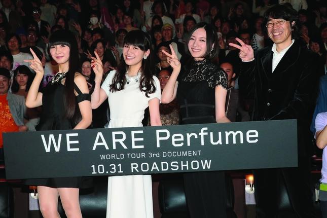 舞台あいさつに臨むPerfumeの3人(左から樫野さん、西脇さん、大本さん)と佐渡岳利監督 (C)2015 TIFF