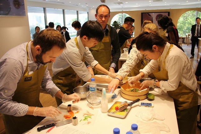 5~6人ずつの班に分かれ、役割分担しながらオリジナルの「ちらし寿司」を作り上げる