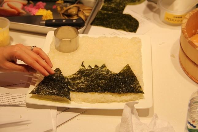 調理途中のちらし寿司1 酢飯を広げ、焼き海苔を敷いて富士山を絵画のように表現