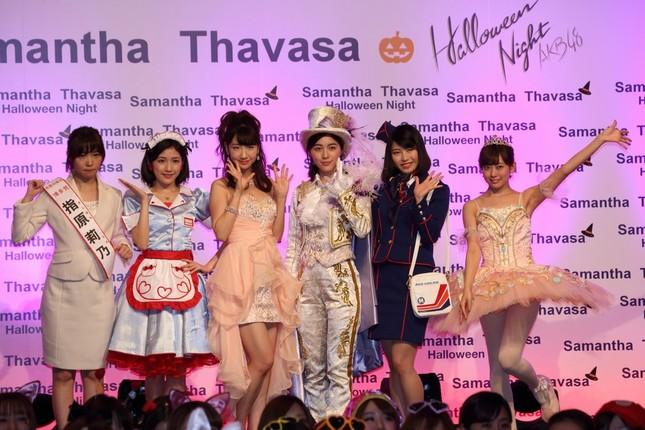 ハロウィンパーティーにサプライズ出演したAKB48グループのメンバー。左から指原莉乃さん、渡辺麻友さん、柏木由紀さん、松井珠理奈さん、横山由依さん、渡辺美優紀さん