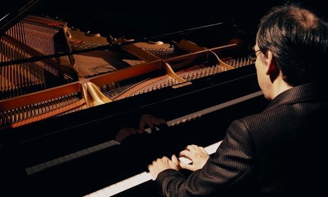 即興でピアノ演奏