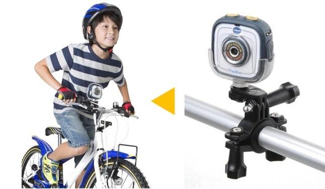 付属の「自転車用マウント」にセットして(右)→自転車に乗りながら撮影が可能