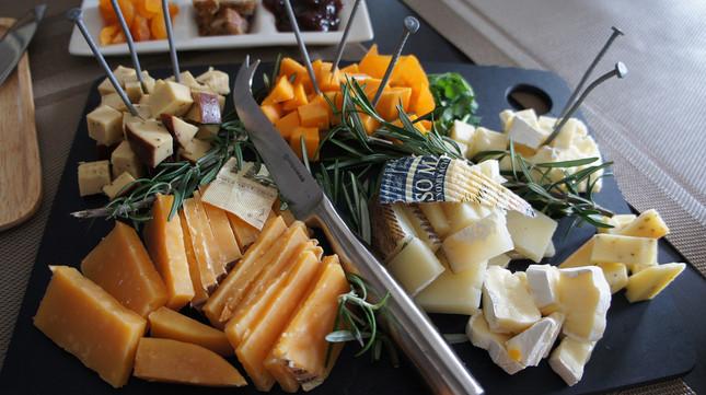 プレートに盛られた数々の種類のチーズ