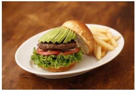 「アボカドバーガー」(1150円)。濃厚なアボカドのクリーミーな味わいと粗挽きパティの食感がマッチする女性好みのハンバーガー