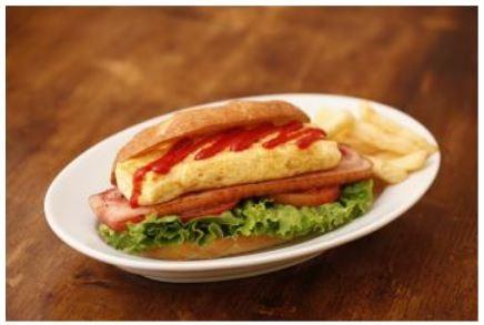 「オムレツのBLTサンド」(1000円)。ベーコン、リーフレタス、トマトのBLTにオムレツを挟むことで見た目も食感もボリューミーに。