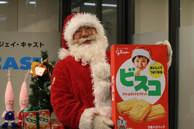 クリスマス仕様のビスコを携え登場。後ろには東京タワーのキャラクターノッポン兄弟の姿も
