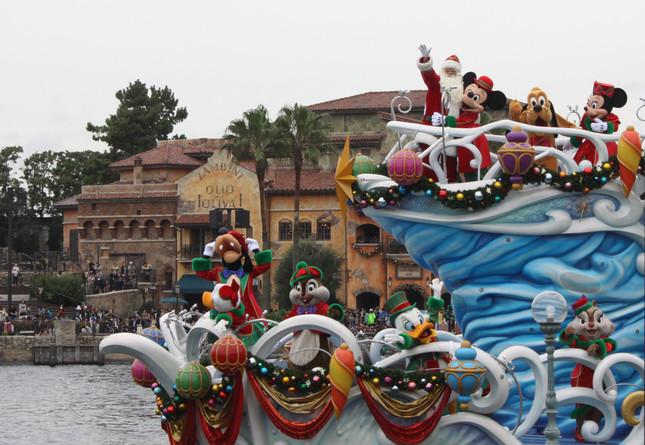 TDSの「パーフェクトクリスマス」シーン4 ミッキーやドナルドら仲間たちが乗り込み航行するサンタクロースの船