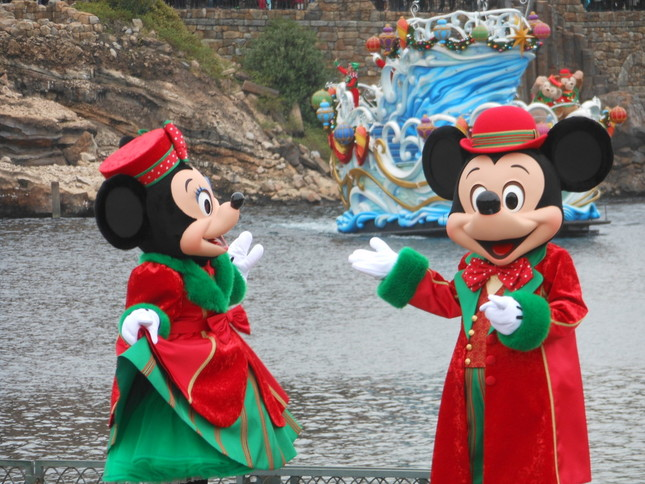 TDSの「パーフェクトクリスマス」シーン2 ゲストたちと交流するミッキー(右)とミニー