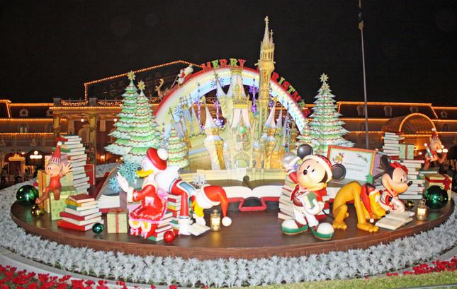 TDL、夜にライトアップされたメインエントランス前のクリスマス用フォトローケーション