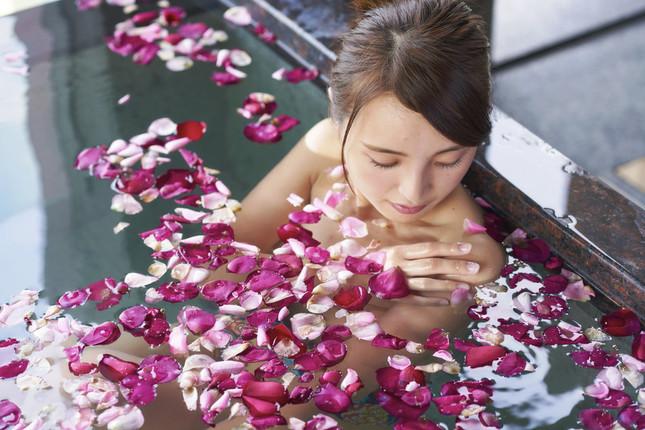 花びらに包まれて白浜温泉に浸かる至福の時