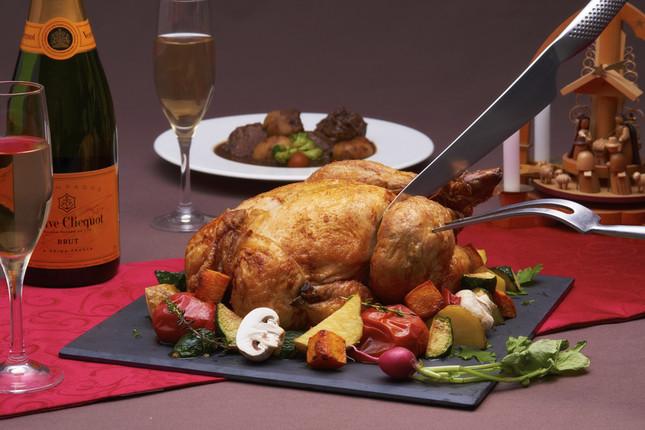 「王様のビュッフェ」クリスマスローストチキン他約70種類の料理が並ぶ