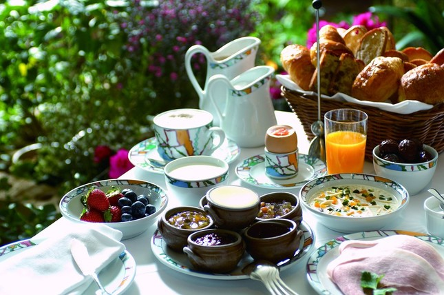 「神戸北野ホテル」の山口シェフが師匠ベルナール・ロワゾー氏から受け継いだフランスの名店「ラ・コート・ドール(現ルレ・ベルナール・ロワゾー)」の ヨーロピアン・ブレックファースト。宿泊客のみに提供している「世界一の朝食」を普段朝食では使わないフレンチレストラン「アッシュ」で山口シェフの解説 と共に味わう