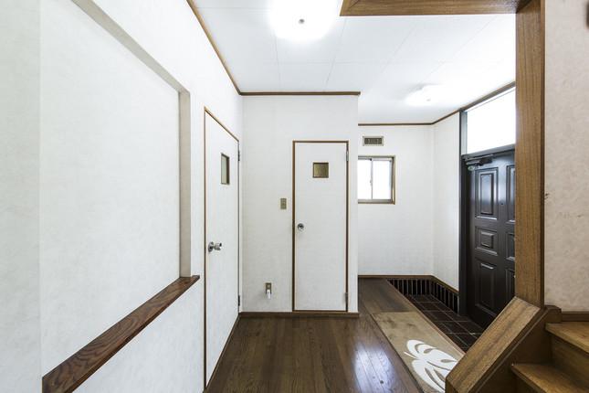壁紙が経年で劣化した玄関は(kenta hasegawa)