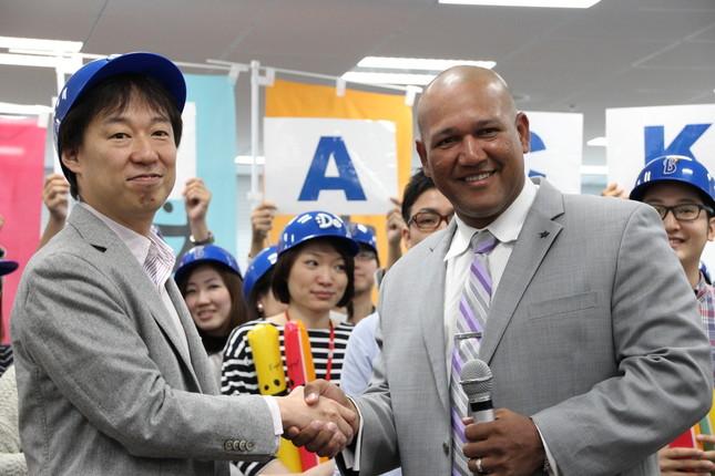 DeNAの守安社長と笑顔で握手するラミレス監督(2015年11月26日撮影)