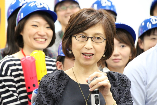 気合十分で新監督を迎える南場智子・球団オーナー(2015年11月26日撮影)