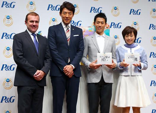 写真右から石川佳純選手、錦織圭選手、松岡修造さん、P&G代表取締社長のスタニスラブ・ベセラさん