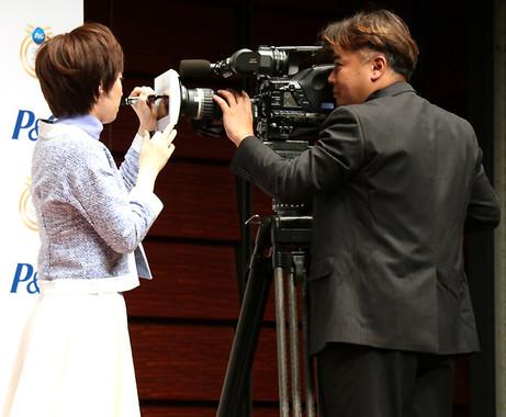 カメラレンズサインに初挑戦の石川選手