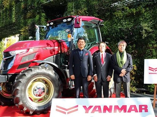 写真右から、安藤忠雄さん、ヤンマー代表取締役社長山岡健人さん、奥山清行さん