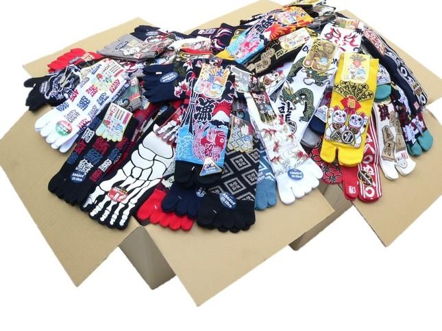 様々な柄の足袋や五本指タイプの靴下が365足のセットで販売