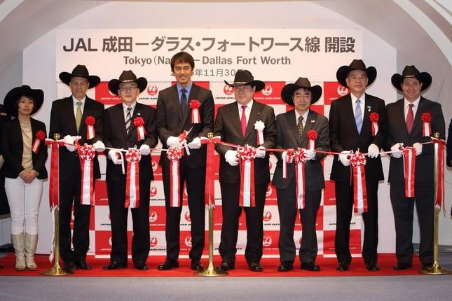 テープカットで路線再開を祝った。中央左が阿部寛さん、中央右がJALの植木義晴社長