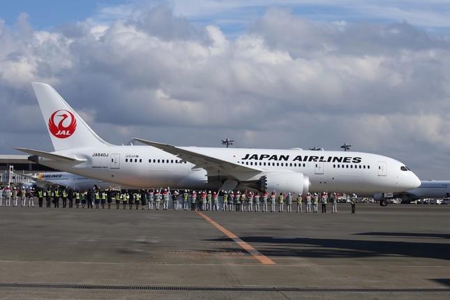 初便は空港係員に見送られて出発した