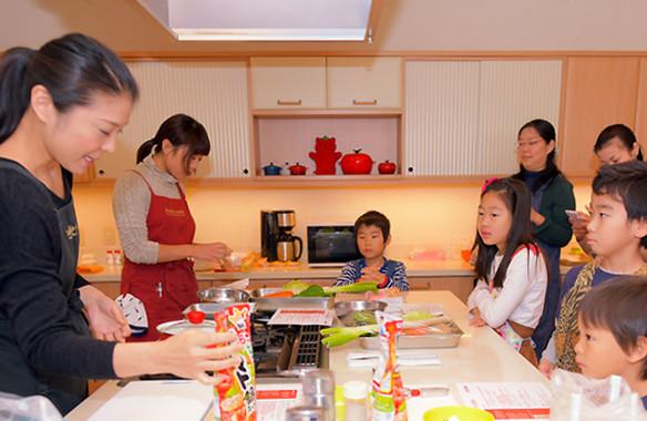キッチンを最前列で取り囲んだ子どもたちは、浜田さんの実演を食い入るように見つめる