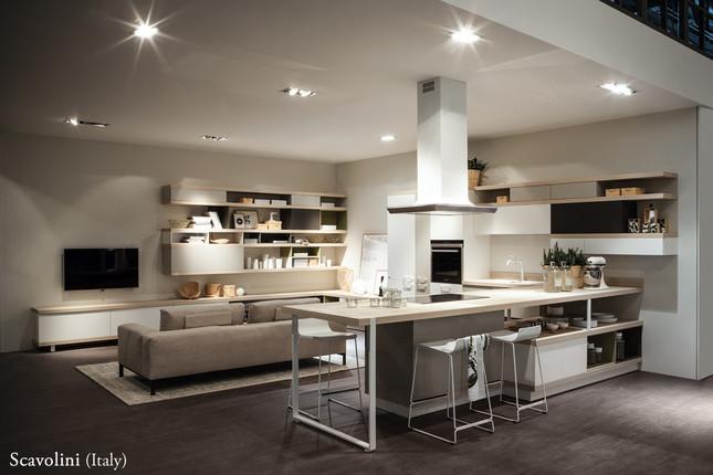 Scavolini(Italy) 'フードシェルフ'スタイルキッチン。半分見せて、半分隠す収納スタイルはこれからも主流になりそう。