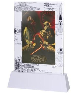 裏面やアクリルフレームまでスター・ウォーズ尽くしのデザイン((C)& TM Lucasfilm Ltd.)