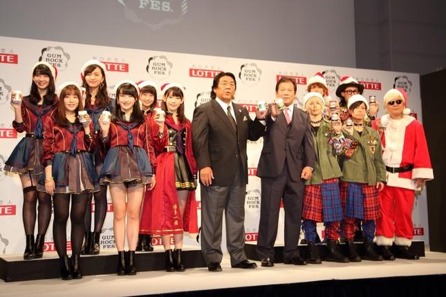 イベントは2016年1月25日に日本武道館で行われる。左からHKT48、長州力選手、藤波辰爾選手、Thinking Dogs、プロデューサーのサイモン利根川氏