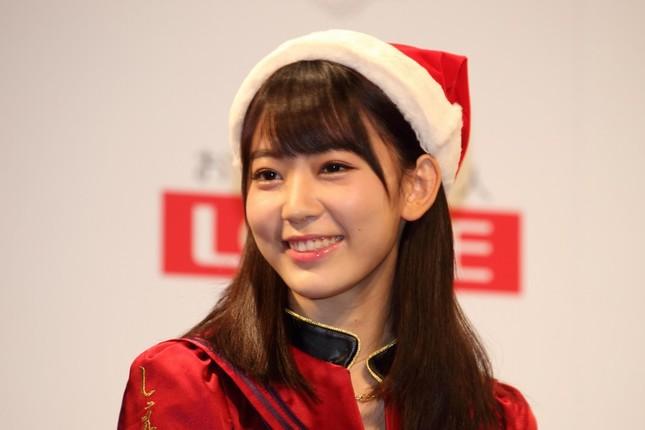 HKT48の宮脇咲良さんは記者の質問に「『ぶちのめす』ですか?」と目を丸くした