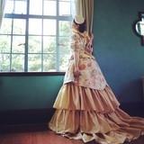 「バッスル」というヒップ部分が膨らんだ型のドレスに、日本の着物の生地を用いて制作されたドレスを再現