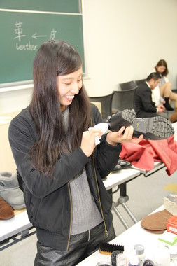 今どき女子に人気! シューケア講座で「靴磨き」のコツを学ぶ