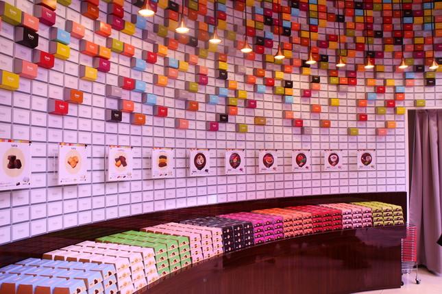 店内には鮮やかな色の箱が所狭しと並んでいる