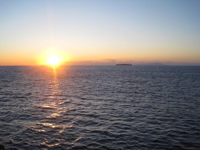 水平線から上る朝日のイメージ