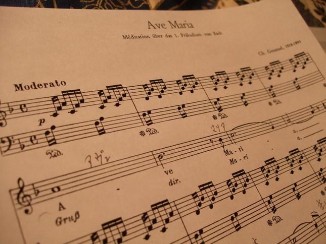 グノーのアヴェ・マリア楽譜冒頭部分。伴奏はバッハ作曲(アレンジのため調はヘ長調になっている)