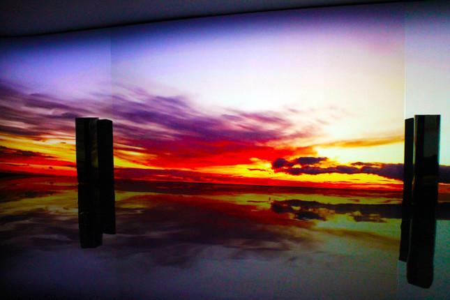 床に映像が反射しウユニ塩湖のよう