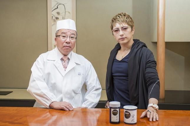 (写真左から)「つきぢ田村」の田村隆さん、GACKTさん