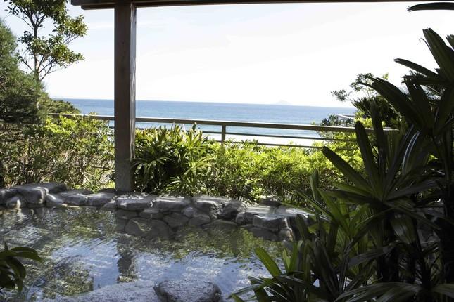 今井浜海岸を見下ろす露天風呂