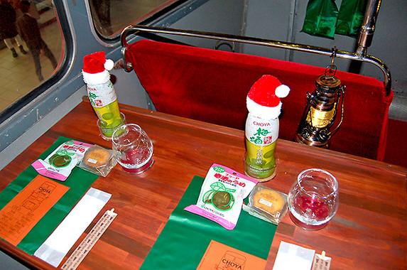 バスの2階に上って席に座ると、食べ物がすでに用意されていた