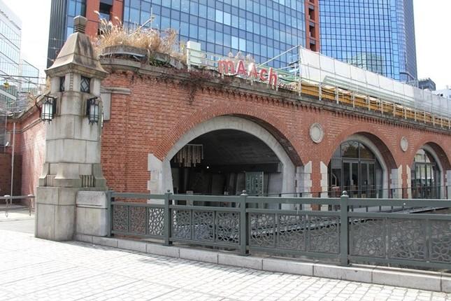 マーチエキュート神田万世橋は、レンガ造りの高架橋内にある(編集部撮影)