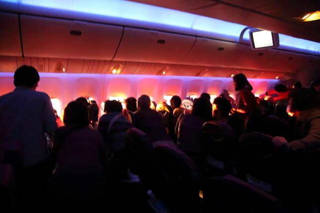 乗客はいっせいに初日の出にカメラを向けていた