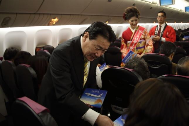 機内では植木義晴社長らが搭乗証明書を配った