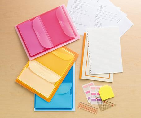 書類から小物まで1冊で整理ができるファイル