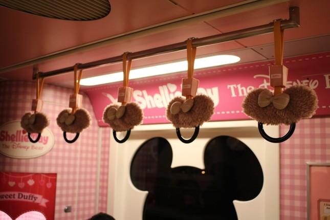 ダッフィー&フレンズ・ライナーのシェリーメイをテーマにした車内。つり革もシートもぬいぐるみと同じ生地を使っている