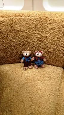 ダッフィー&フレンズ・ライナー。ダッフィーのぬいぐるみと同じ生地で作ったシートに座れる。つり革も同じ生地で作られている