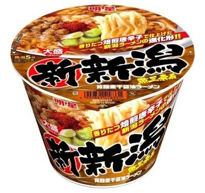 ピリッと辛い背脂入りの煮干醤油スープにしっかりとした食感の太麺が絡む、新潟の