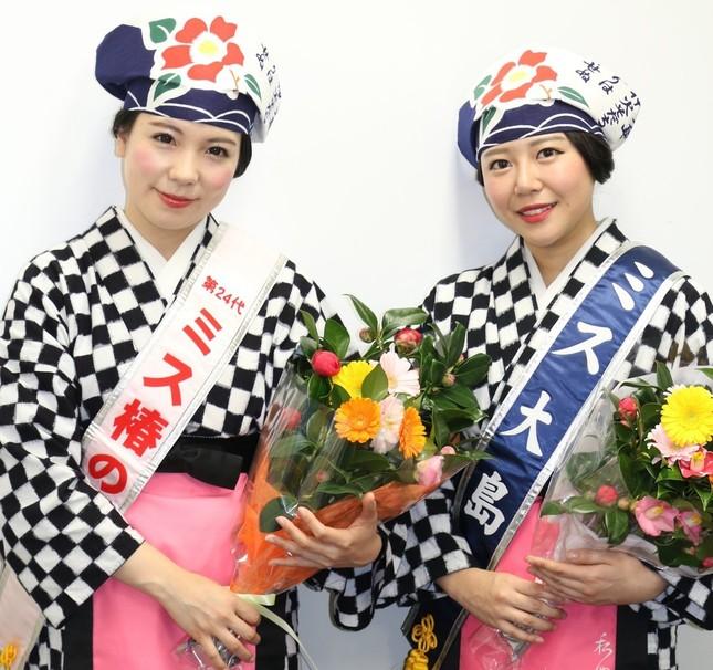 ミス大島の島津さん(右)とミス椿の女王の山城さん(左)