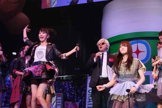 HKT48の宮脇咲良さん(左)が乃木坂46の松村沙友理さん(右)とのジャンケン対決を制した